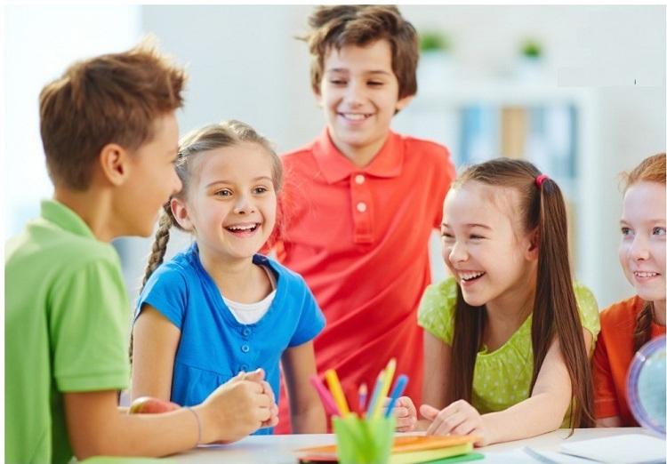Trẻ luyện được cách phát âm chuẩn nhờ có môi trường giao tiếp tiếng Anh.